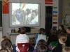 Die Kinder sehen einen Film über die Malihilfe