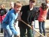 Kinder graben Löcher