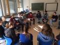 Die Schüler im Gespräch mit den Flüchtlingen aus Eritrea