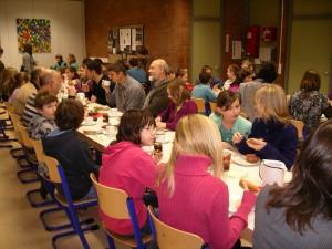 Die Teilnehmer der Frühschicht beim gemeinsamen Frühstück