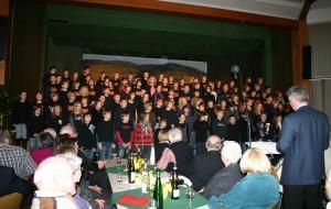 Kinder mit Chorleiter Helmut Bremm und einigen Zuschauern