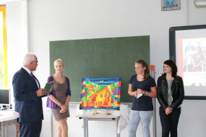 Luisa Justen, Lea Steffens und Luisa Lenartz stellen Herrn Bleser das Motiv für die Weihnachtskarten vor