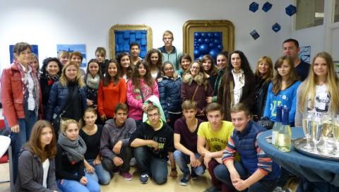 Die ersten Anke,,linke mit ihren deutschen Partnerschülern beim Traubensecco-Empfang