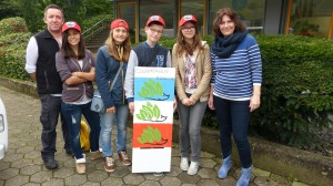 Französische Delegation beim Abschied mit dem Igel von Dünkirchen