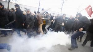 Die türkische Polizei muss mit Tränengas angreifen, um die Demonstrationen zu stoppen.